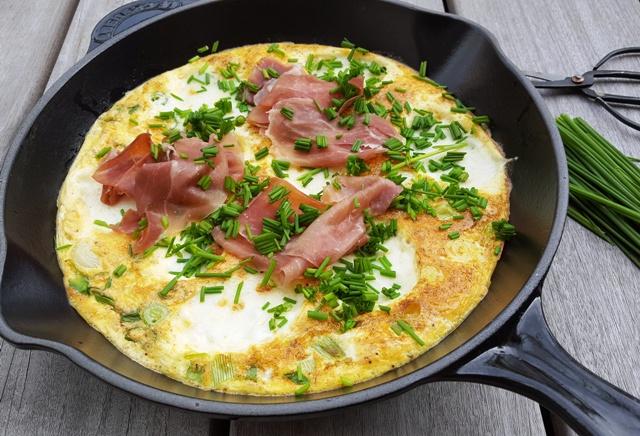 Omelet med skinke og mozzarella