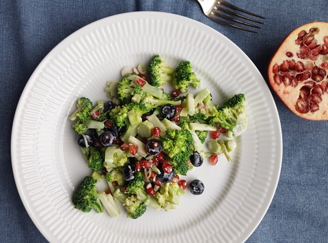 Broccolisalat med blåbær og granatæble