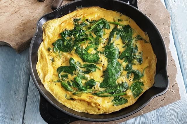 Omelet med spinat og karry