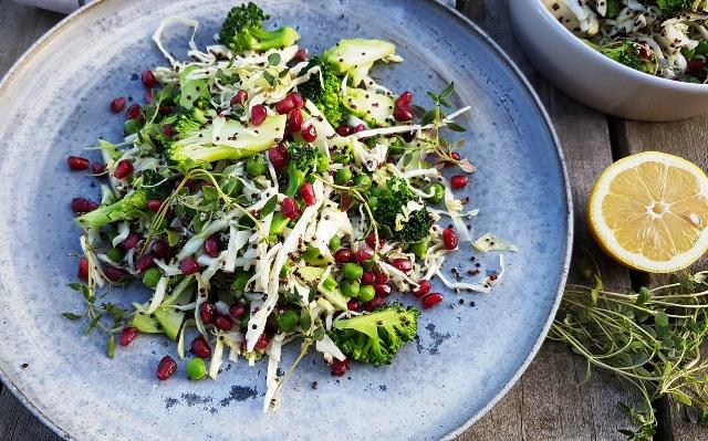 Quinoasalat med broccoli og granatæblekerner