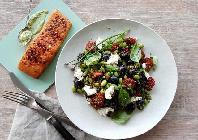 Salat med edamame bønner, quinoa og mozzarella