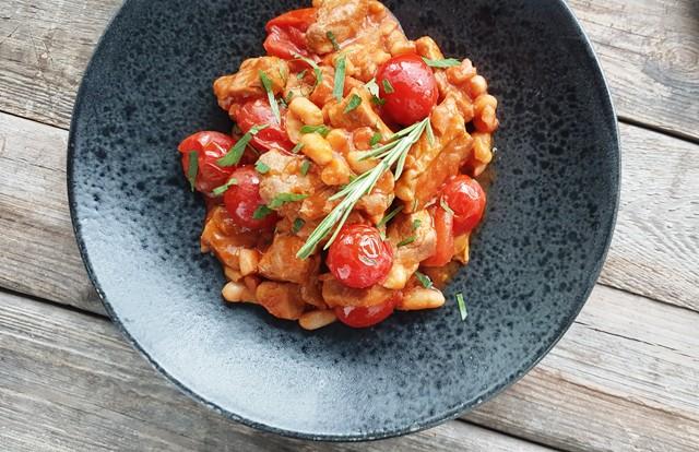 Kylling og hvide bønner i tomatsovs