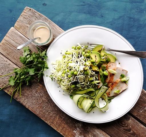 Salat med edamame bønner, kål og kylling