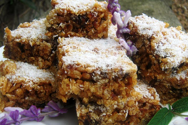 Rice Krispies and Date Bars Photo : Jackie Cameron