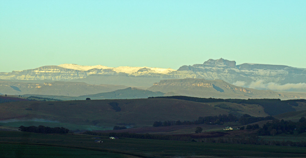 October snowfall on the Drakensberg Mountain Range - Giant's Castle / Leigh Willson (p)