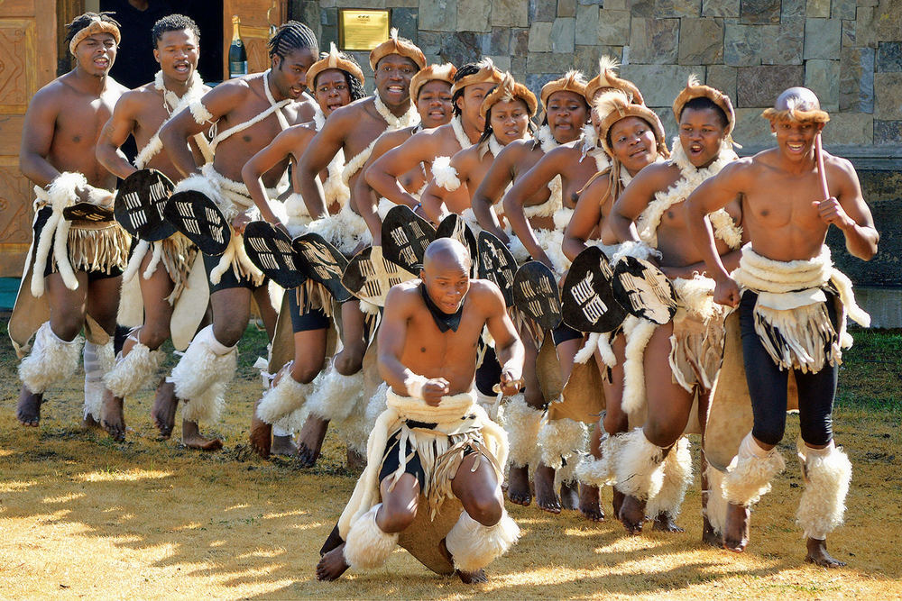 Imbalenhle Traditional Dance Troupe / Leigh Willson (p)