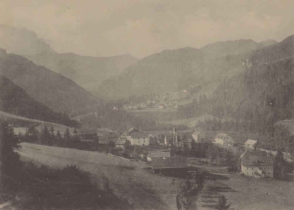Picolin / Pikolein / Piccolino and San Martin de Tor / St. Martin in Thurn / San Martino in Badia around the 1900. At the bottom right the Ćiasa dl Maier, in the middle you can see the old road of Val Badia / Gadertal.