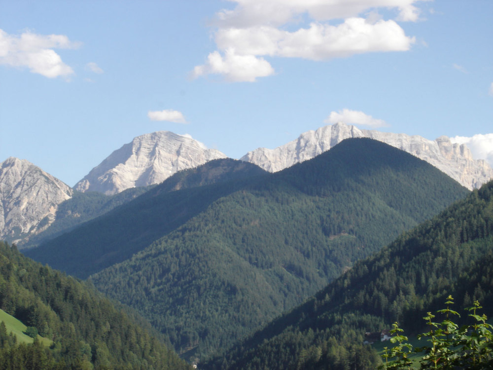 Piz de Plaies (the hill on the right, with Sas dla Crusc / Kreuzkofel / Sasso della Croce on the background).