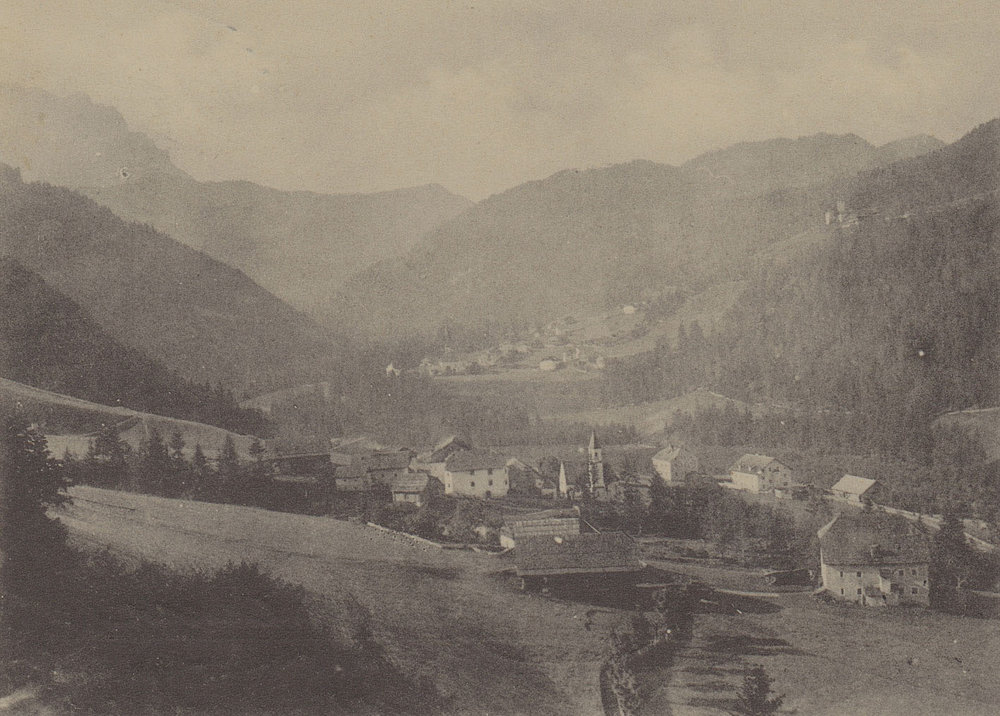 Picolin/San Martino in Badia around the 1900. At the bottom right the Ćiasa dl Maier, in the middle you can see the old road of Val Badia / Gadertal.