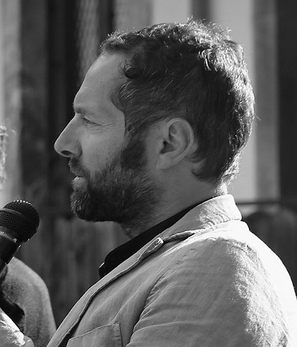 Gianluca D'Incà Levis. Er hat an der Universität IUAV von Venedig Architektur studiert und ist Kurator und Kritiker. In seiner Ausbildung hat er fundierte literarische, ästhetische und kulturelle Kenntnisse erworben. Es ist der Initiator der Dolomiti Contemporanee (2011), Kurator des Progettoborca und Direktor des Nuovo Spazio di Casso. Seit 2010 hat er eine Reihe kuratorischer Projekte und Überlegungen eingeleitet, bei denen es um zeitgenössische Kunst, innovative Kultur, die Entsorgung von Altlasten und den Berg als Baustelle geht, auf der regenerative, kulturelle und funtionale Prozesshaftigkeit angewandt wird. Die zentrale Idee besteht darin, durch die Arbeit in natürlichen Umgebungen, Gebieten und Landschaften auf kritische und schützende Weise und unter Ablehnung stereotypischer Lesarten neue Bilder/Ideen zu erzeugen. Websites: www.dolomiticontemporanee.net – www.twocalls.net – www.progettoborca.net