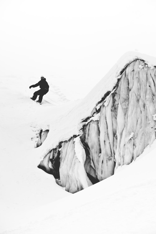 FrediKalbermatten_SaasFee_Snowboarder_SilvanoZeiter_1.jpg