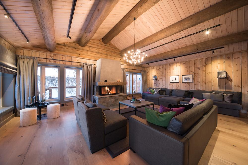 6 Stor stue med h+©ye vinduer og flott peis.jpg