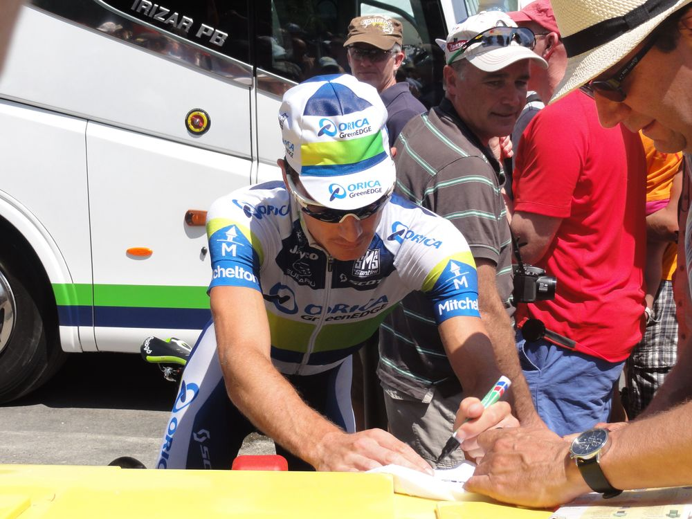 Darryl Impey is one of the friendliest guys on the Orica GreenEDGE team! He spent a lot of time catching up with fans whilst some of the others stayed hidden in the bus!