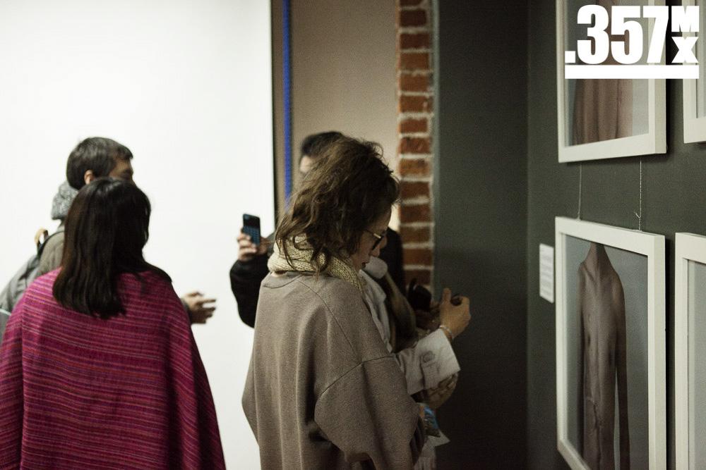 Asistentes apreciando la obra de nuestros alumnos   Foto: Alberto Alvarado
