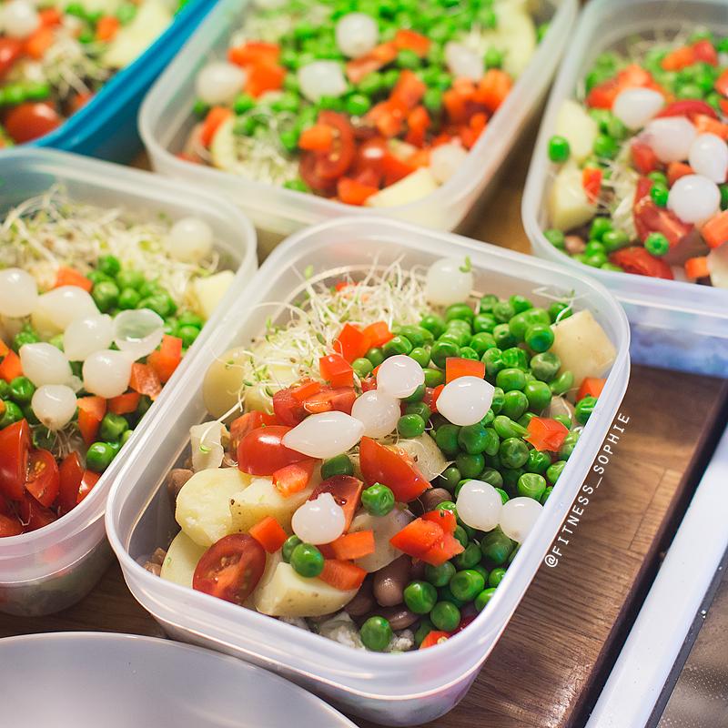 Tomatene ble tatt ut etter bildet ble tatt og lagt i egen matboks. Sukk - hva man ikke gjør for et fint bilde.. ;)