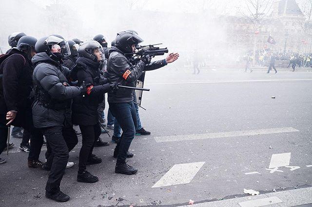 Paris, France le 2 février 2019 - Un policier en civil fait signe de se décaler de la ligne de visée de son LBD (lanceur de balle de défense) durant la manifestation des gilets jaunes acte XII.#Photojournalisme #Photojournalism #Social #Demonstration #Manifestation #GiletsJaunes #Leica #M10 #Elmarit28 @leicacamerafrance #leicacamerafrance