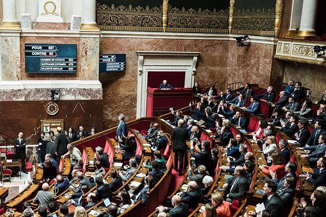 """Paris, France le 5 février 2019 -De nombreux députés La France Insoumise prennent en photo les écrans retransmettant les résultats du vote de la loi """"anti casseurs"""" à l'Assemblée nationale. #Photojournalisme #Politique #Politics #Leica #M10 #Elmarit28 @leicacamerafrance #leicacamerafrance"""