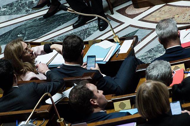 Paris, France le 5 février 2019 - Le Ministre de l'Interieur, Christophe Castaner converse par téléphone via Telegram avec le Président de la République au sujet du nombre de manifestants du jour durant la séance des Questions au gouvernement à l'Assemblée nationale. #Photojournalisme #Politique #Politics #Nikon @nikonfr #D750 #80200mm