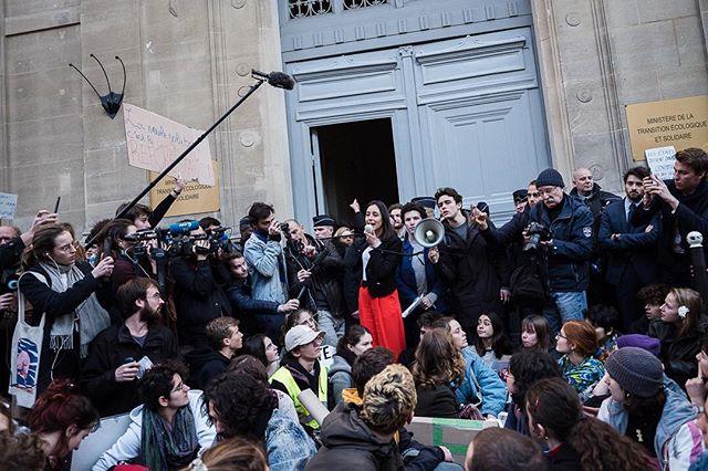 Paris, France le 15 février 2019 - La Secrétaire d'État, Brune Poirson sort discuter avec les étudiants rassemblés devant le ministère de la transition écologique pour interpeller l'état sur l'urgence écologique et sociale. #Photojournalisme #Politique #Politics #Leica #M10 #Elmarit28 @leicacamerafrance #leicacamerafrance#ClimateStrike