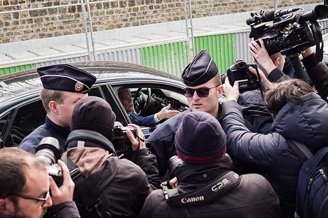 """Paris, France le 11 mars 2019 - """"Vous voulez que je descende?"""" déclare Bernard Tapie en arrivant en voiture devant le Tribunal lors de l'ouverture de son procès pour """"escroquerie"""". #Photojournalisme #Politique #Politics #Leica #M10 #Elmarit28 @leicacamerafrance #leicacamerafrance"""