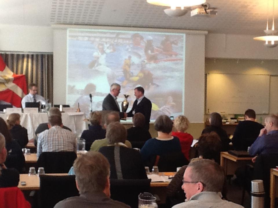 DKF's Formans Ole Tikjøp overrækker Silkeborg KajakklubsElitechef Tom Faurschou Gladsaxe Pokalen