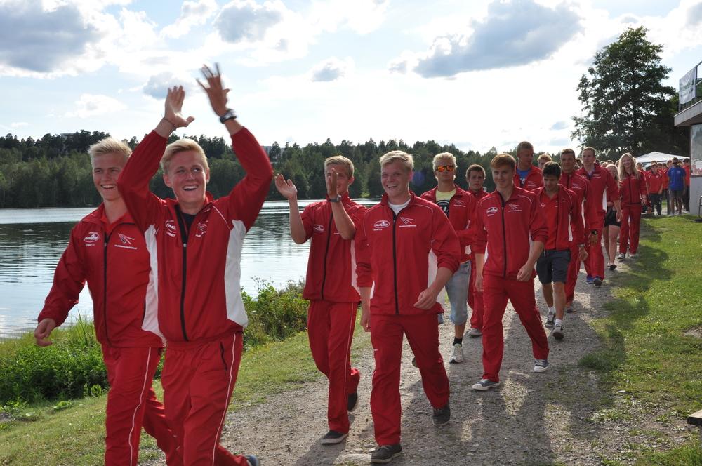 Casper P. med stort overblik klapper tilbage til de mange forældre, som var fløjet til Tampere i Finland, for at støtte det danske super ungdomslandshold.