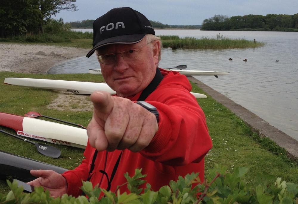 Formand i Maribo Kajakklub Finn Larsen viser vej.