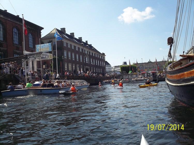 """København – set fra en kajak    Solcreme og beskyttende hovedbeklædning viste sig at være noget af den vigtigste bagage, da en flok af klubbens kajakroere tog til København for at opleve hovedstadens seværdigheder fra søsiden. Sommeren havde i den grad ramt Danmark i weekenden 18.-20. juli, hvilket selvfølgelig var med til at gøre turen til en suveræn oplevelse for de 11 roere – plus en enkelt ægtefælle, som tog turen til staden på cykel!  Den første bilfuld tog fra Silkeborg tidligt fredag med kajaktraileren, og efter teltslagning på Holmen blev kajakkerne hurtigt sat i vandet til et første bekendtskab med bølgerne i Københavns Havn. Især for turkajakroere kræver det koncentrationen at ro i havnen, hvor de mange motorbåde, kanalrundfartsbåde og vandbusser sætter vandet i bevægelse og giver store bølger forfra, bagfra og fra siderne. Men det er en sjov udfordring, og ingen af os røg ufrivilligt i vandet i løbet af weekenden.  De sidste deltagere nåede frem om aftenen, så lørdag morgen var alle klar til weekendens længste tur på i alt 32 km. Vi roede gennem Sydhavnen og kiggede nærmere på de imponerende nye bydele, der er skudt op de seneste år. Videre gennem slusen, hvor halvdelen styrede mod Hvidovre Havn til en velfortjent frokostpause, mens de øvrige roede længere ud mod Øresund. På tilbagevejen gik turen gennem Holmens Kanal – forbi Christiansborg, Gammel Strand og mange af Københavns øvrige seværdigheder. Dernæst ud til Langelinje, hvor hundredvis af turister fra hele verden stod klar til at fotografere kajakroerne fra Silkeborg – for det kan vel ikke have været den bette bronzestatue i vandet, der var så interessant???  Søndag var de mest morgenfriske allerede på vandet kl. 6, mens """"hyggeholdet"""" ventede et par timer inden en afsluttende rotur gennem Christianshavns Kanal, over til Nyhavn og ud til Trekroner Fort, som bestemt var et besøg værd - alene på grund af caféens kager. Og så var det ellers tilbage til en hurtig nedpakning, så vi kunne forlade lejren ti"""