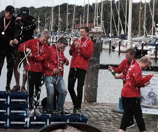 Sådan kan en bronzemedalje også fejres. Bemærk også medaljeskamlen. FlensburgER Pils støtter sporten.