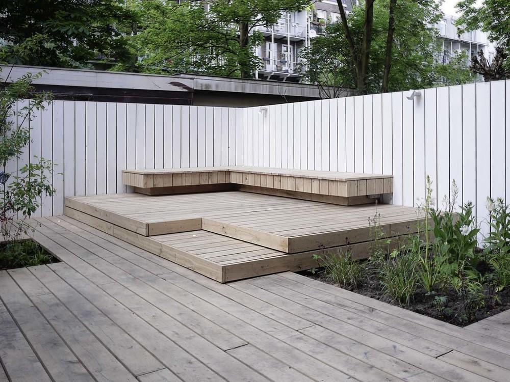 Stadstuin met loungebank tuinontwerp of tuinarchitect wij ontwerpen tuinen om in te leven - Bank terras hout ...