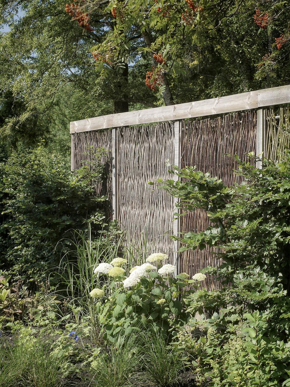 Modern tuinontwerp met wilgentenen