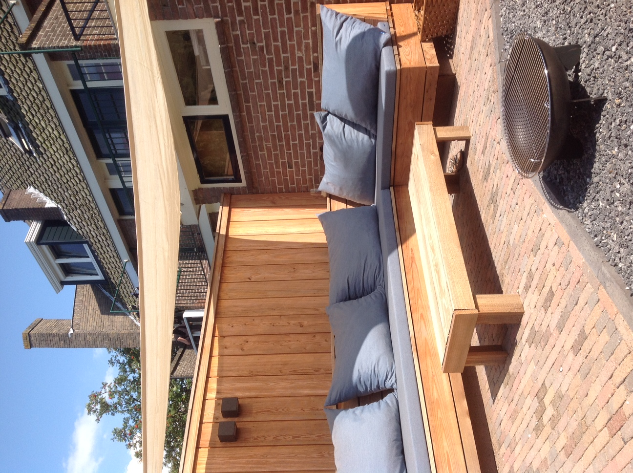 houten loungebank in stadstuin