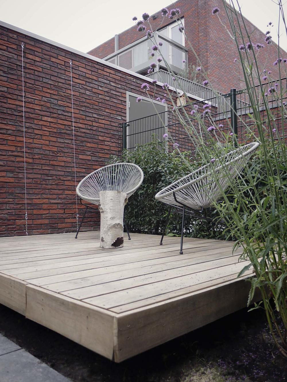 Moderne tuin met houten terras