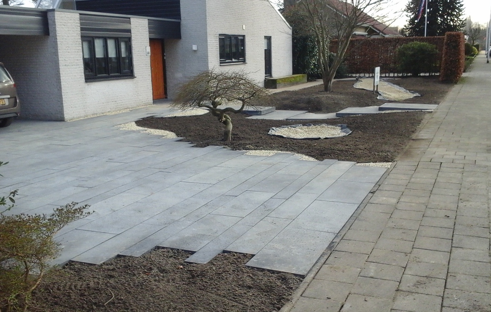 tuinontwerp voortuin met betontegels