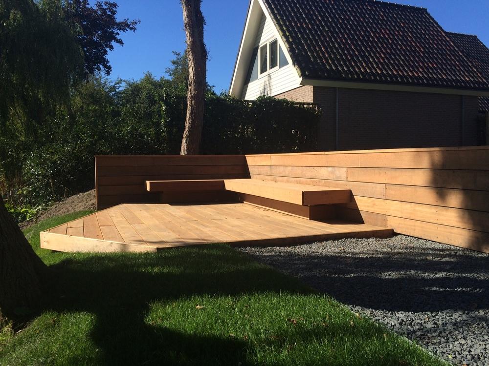 houten terras aan het water