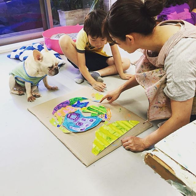 Just another day at the art studio. Mei, our assistant frenchie, never missed a day at work! She's always eager to help out and is a great listener! ...or so it seems😏  アシスタント・メイ、1日休まず出勤!