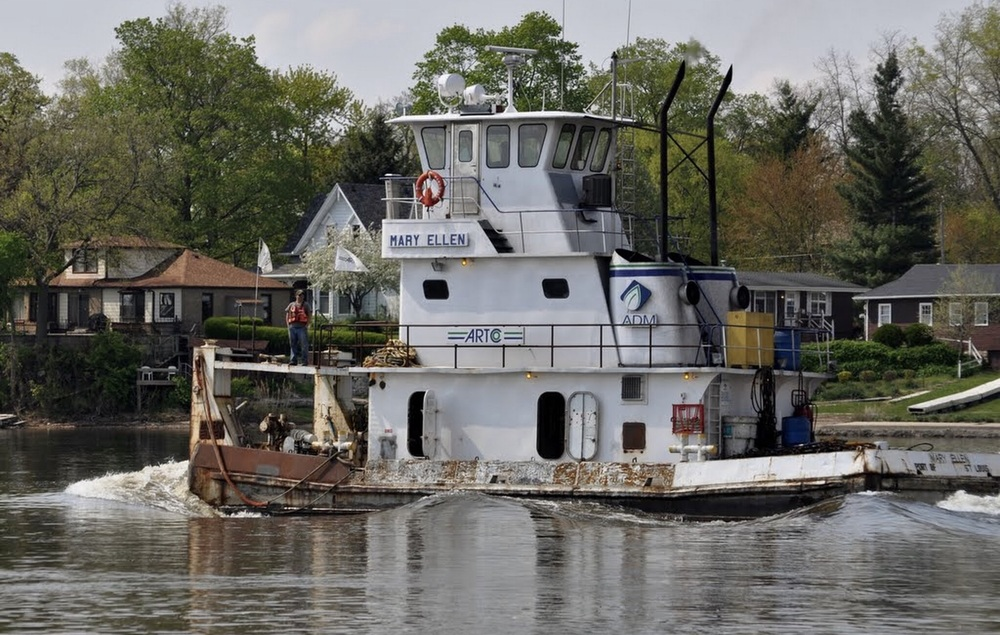 Tug boat on the Illinois River