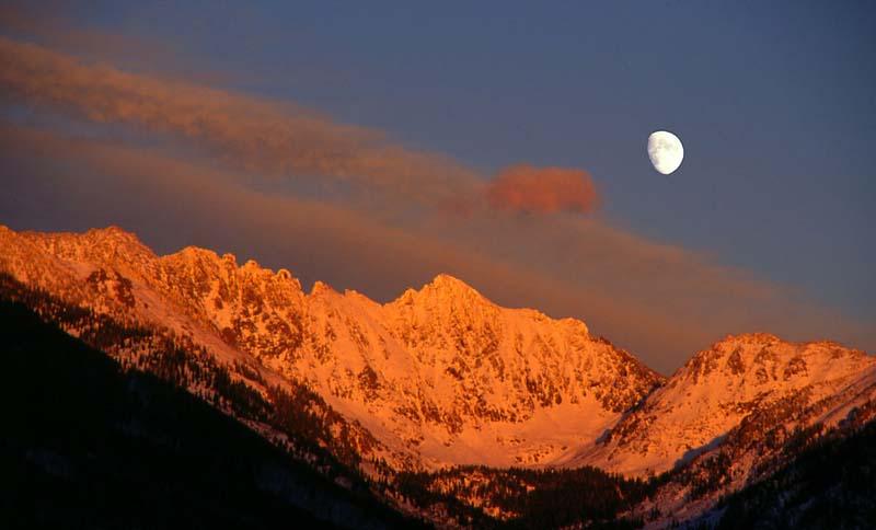 Moon Over Gores