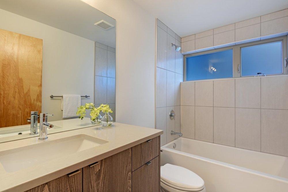 14_416WFultonSt_8_Bathroom_NWMLS_1200x800.jpg
