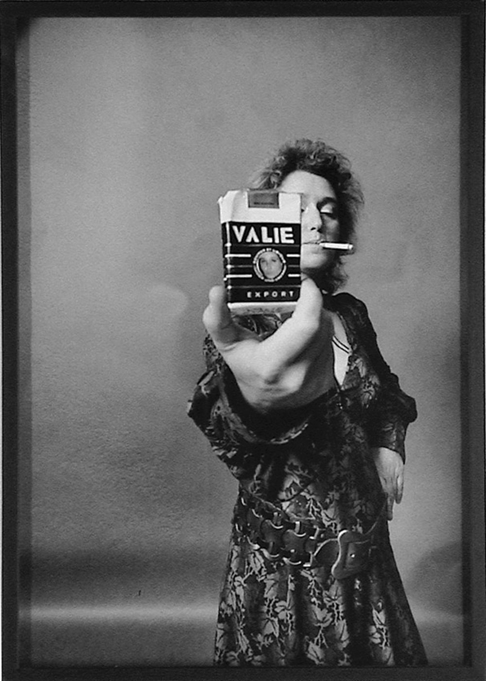 L'artista austriaca VALIE EXPORT in una significativa immagine