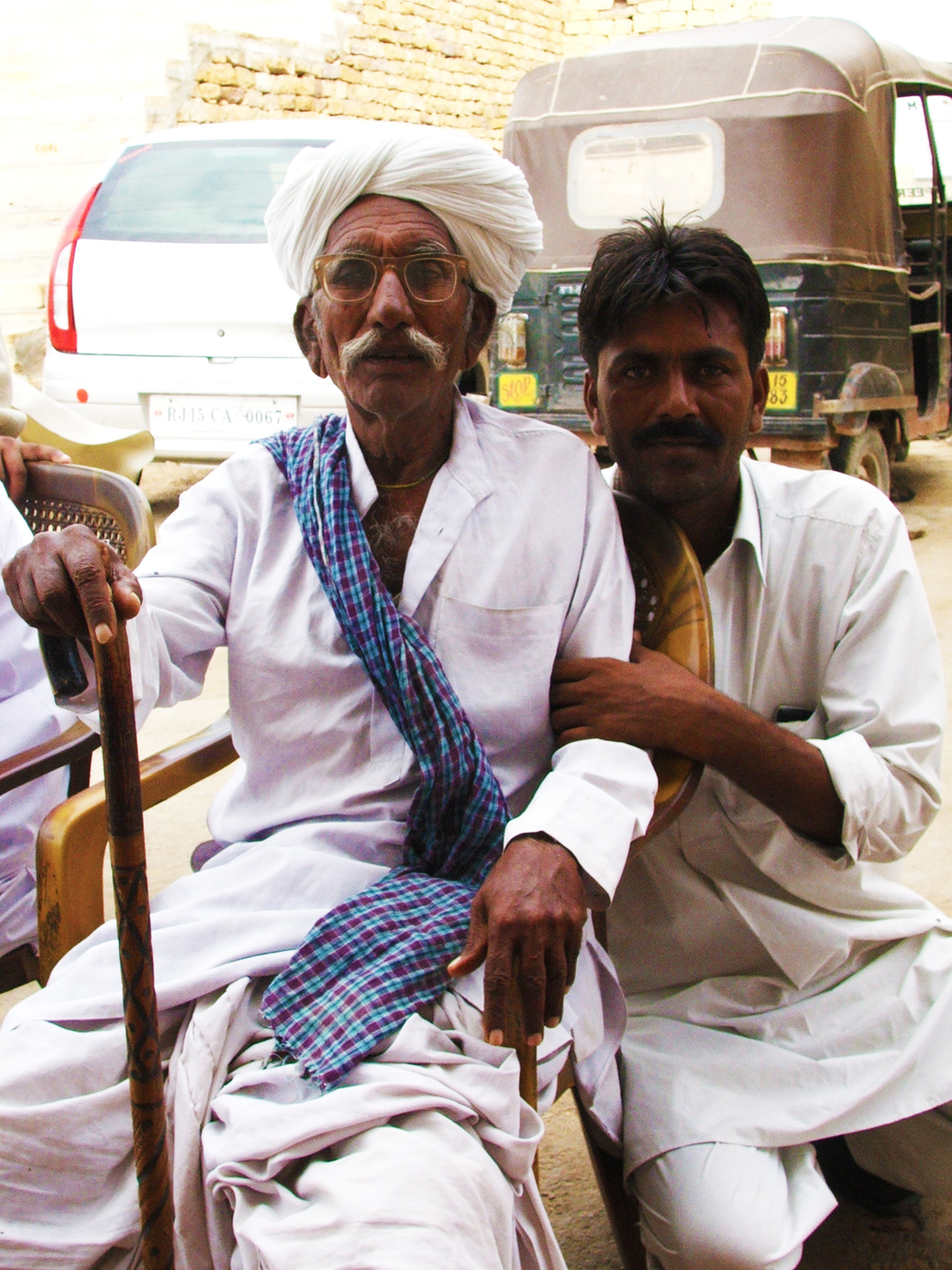 Sakar Khan Manghaniyar, kamancha  The greatest maestro before the Eternal past away in August 2013. [ + ]  Here in Jaisalmer (2009), with the gentle driver. Usually drinking  dutt  (milk) in Hamira. Father of Ghewar (kamancha), Firoze (dholak) and Darra (kamancha). The two first are part of Divana ensemble.