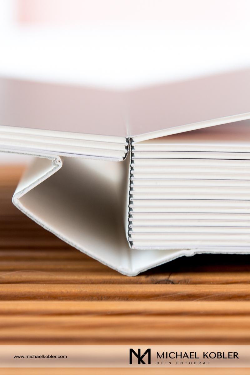 Von der ersten Seite an, kann das Buch komplett aufgeklappt und doppelseitige Bilder betrachtet werden