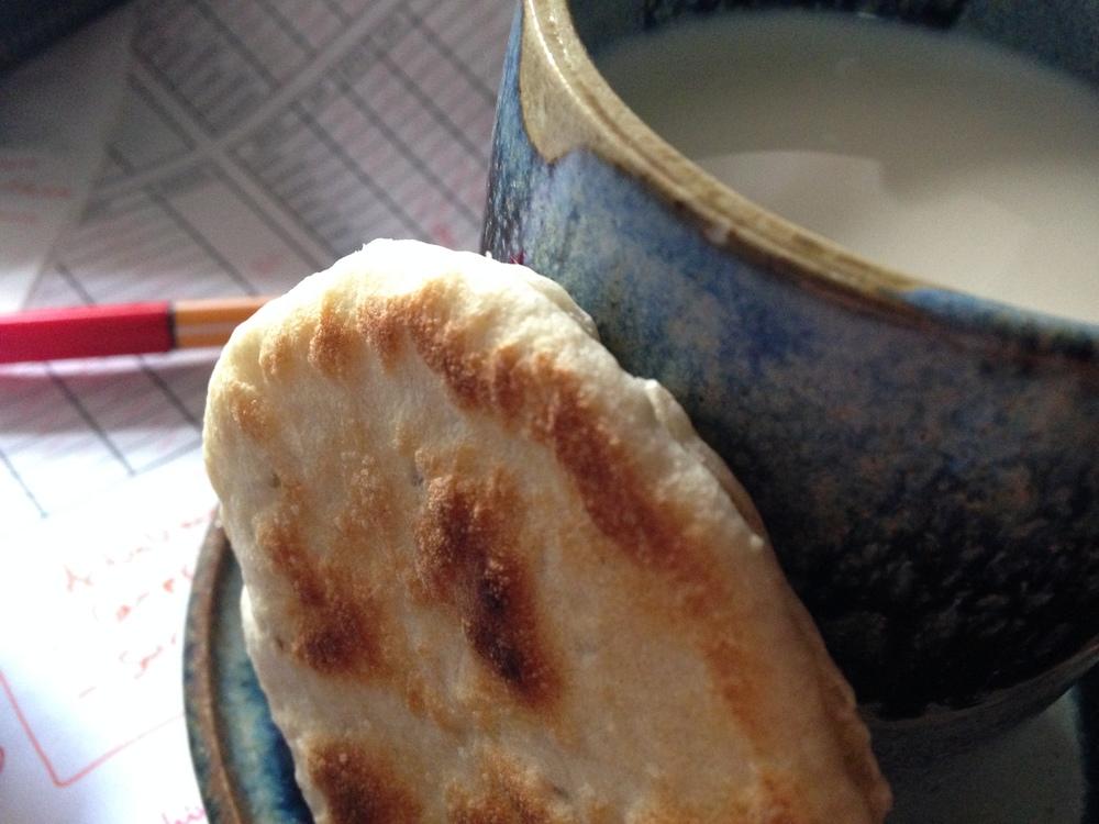 Abra un panplano por la mitad, rellene con miel, acompañe con leche fría: sustento apropiado para cerrar el año fiscal. En segundo plano: impuestos.