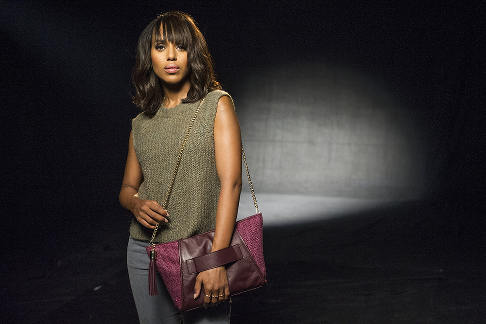 2015 CCM Kerry Washington carrying purse with jeans.jpg