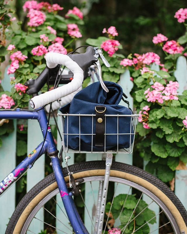 This locally made @framework.designs Wald 137 Basket Bag is nearly the finishing touch on my simple but dreamy Melbourne commuter. Thanks to everyone around the neighborhood who has chipped in to get me rolling! #basketpacking