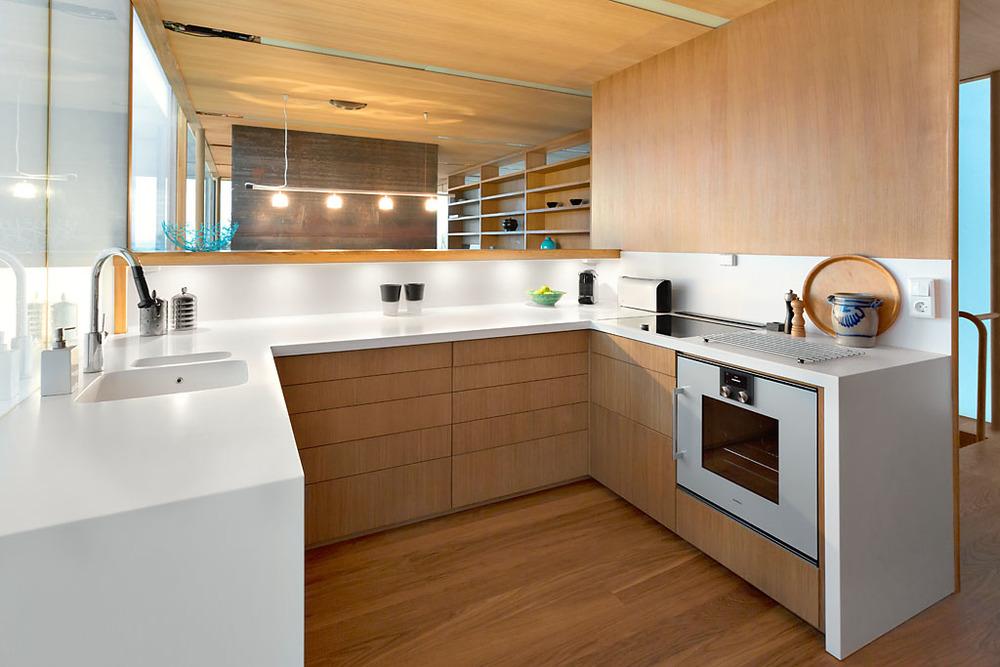 Kjøkkenet er designet i lakkert eik og Corian.