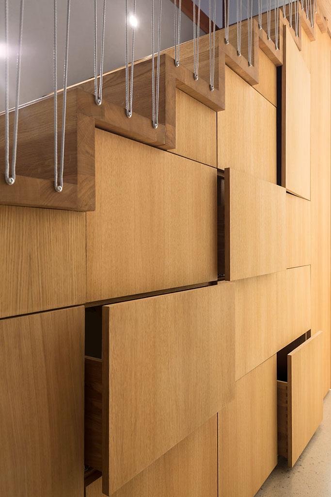 Trappen har integrerte skuffer og gjør det lett å holde orden hjemme.