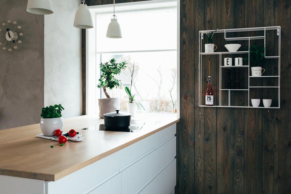 Kjøkkenøya har integrert benkventilator og slipper derfor takvifte.