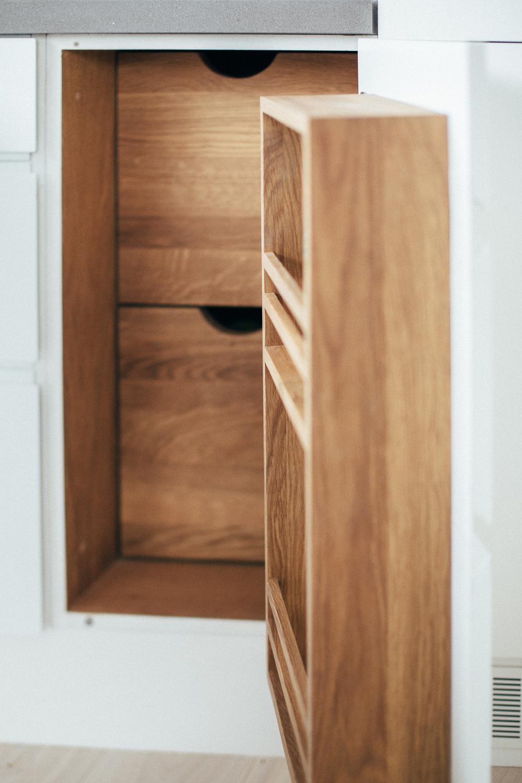 Skapet har en pantry for god oppbevaring.