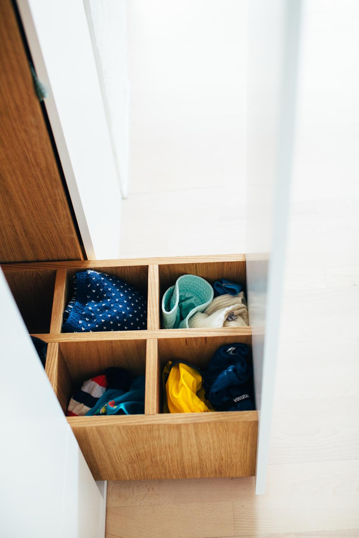 Skapet i gangen har uttrekkbare skap med både heng og oppbevaringsbokser til luer og småklær.